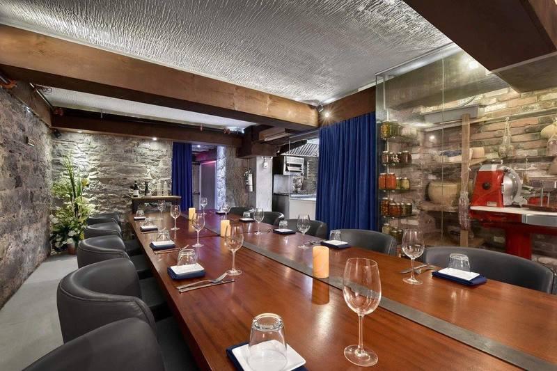 Tables et chaises polies de Epik restaurant