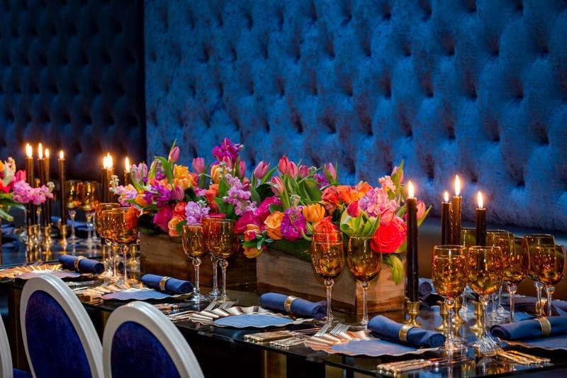 Tables décorées de fleurs pour banquet de Epik restaurant in Montreal