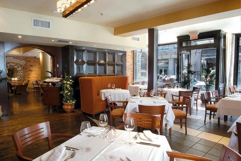 Belles tables et chaises dans un restaurant design Verses Bistro