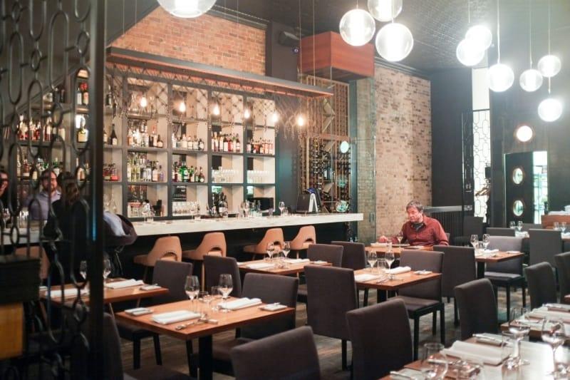 Tables soignées, chaises et bar dans le Les 400 coups restaurant