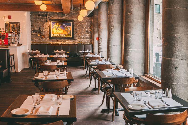 Tables et chaises soignées de Modavie restaurant