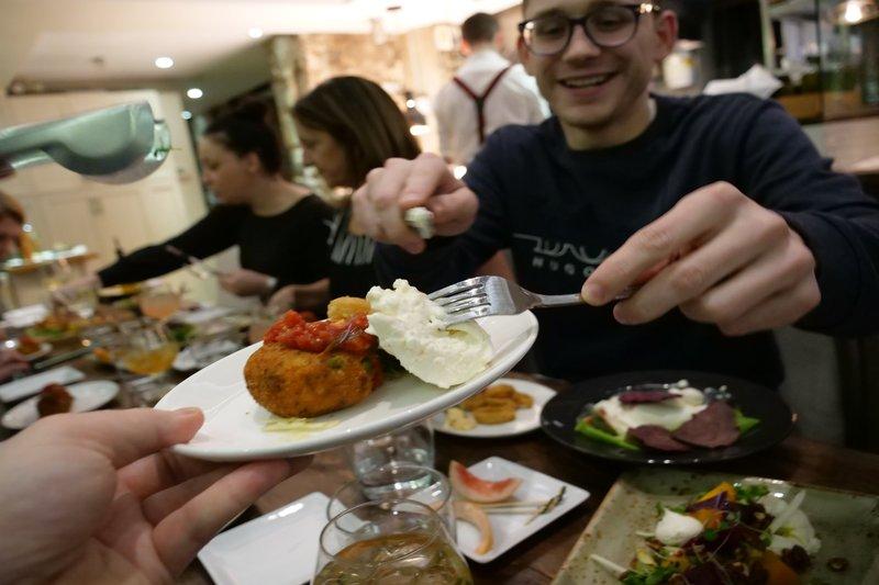 Un visiteur prend de la nourriture au restaurant Epik
